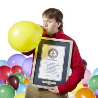 Хантер Юэн (Hunter Ewen) из США установил рекорд в надувании шаров.
