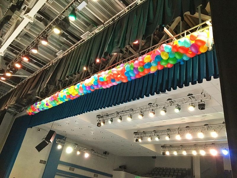 сброс шаров в концертном зале Экият